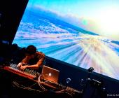 Ametsub tocando el Mbira. Foto de Azusa Takada.